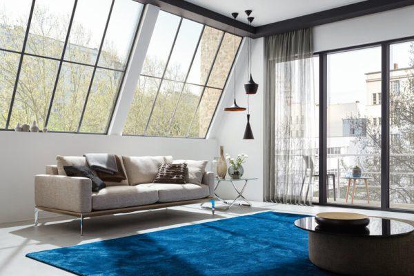Ein Designteppich in einem Wohnzimmer