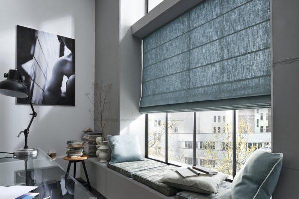 Ein Wohnzimmer mit Raffrollos