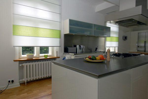2 farbige Rollos in einer Küche