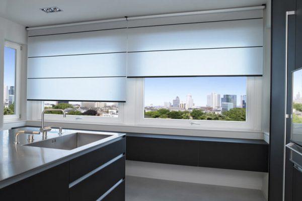 Rollos als Sichtschutz in einer Küche