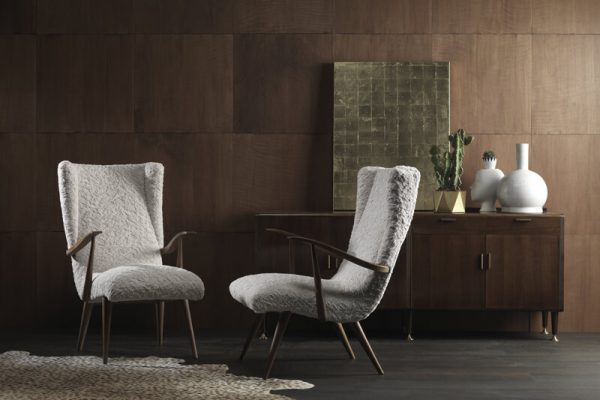Zwei Sessel, an denen Polsterarbeiten vorgenommen wurden