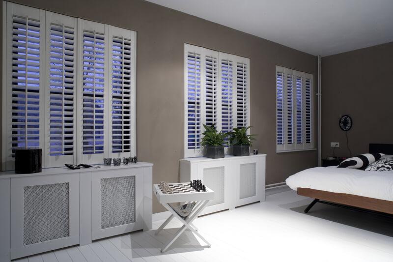 Shutters als Sichtschutz in einem Schlafzimmer