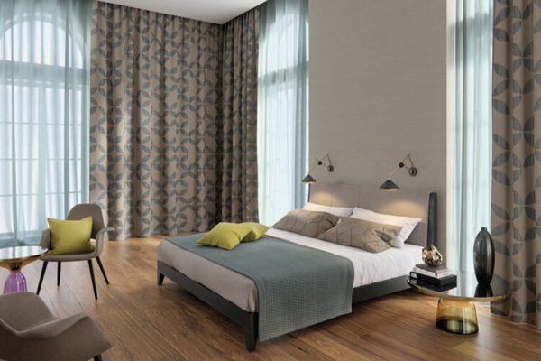 Ein Wohnzimmer mit Verdunkelungsstoffen